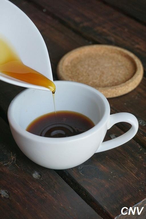 cho mật ong vào cà phê linh chi