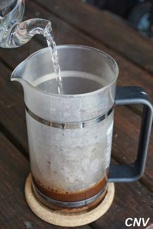 đổ nước sôi vào cà phê linh chi